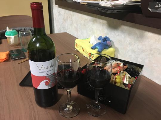 晩御飯は実家でもらってきたおせち、それと年末に買ってきた干支ワインで正月番組を満喫